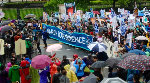 A crowd gathers to photograph the March for Science. Photo by Lauren Anikis 4/22/17